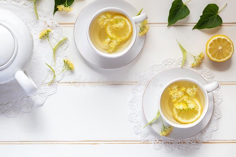 Twee koppen van lindethee met lindebloemen royalty-vrije stock afbeelding