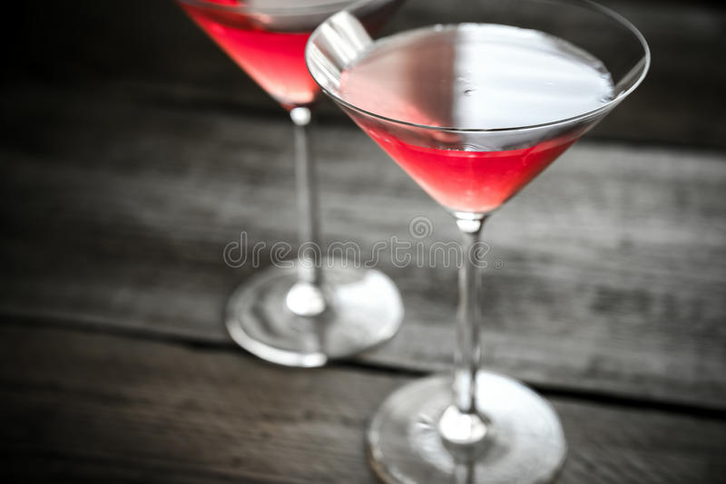Twee kosmopolitische cocktails op de houten achtergrond royalty-vrije stock foto's