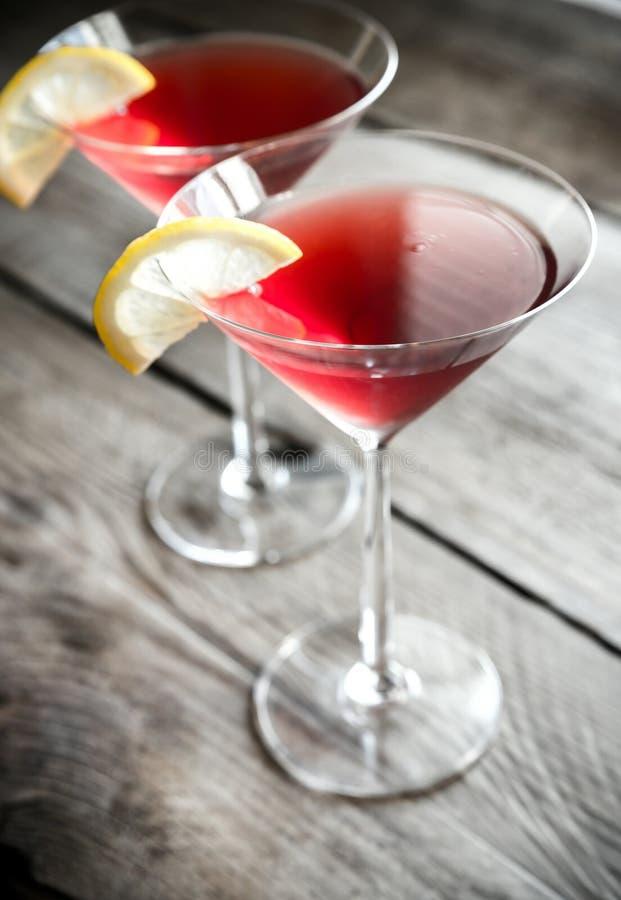 Twee kosmopolitische cocktails op de houten achtergrond stock afbeelding