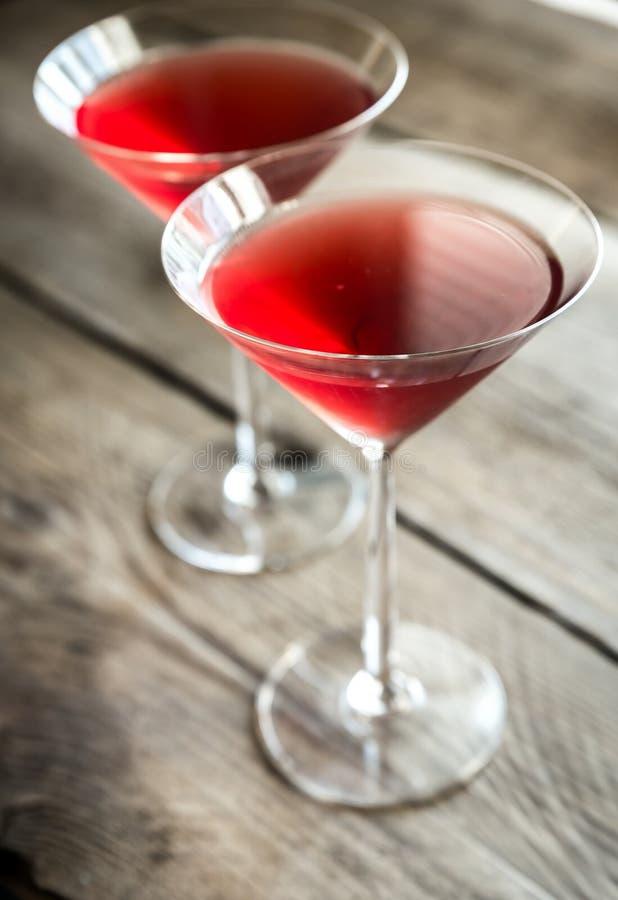 Twee kosmopolitische cocktails op de houten achtergrond royalty-vrije stock foto