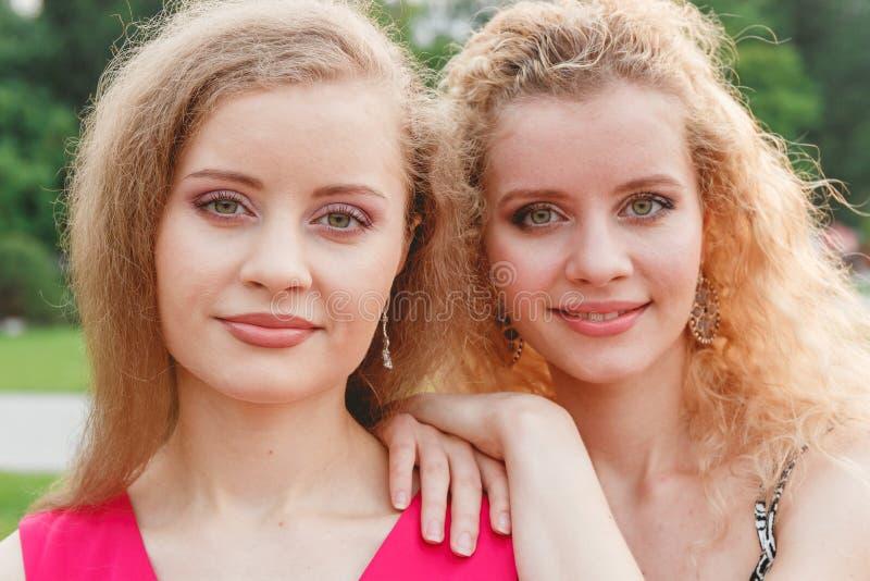 Twee Krullende Tweelingen Openlucht royalty-vrije stock fotografie