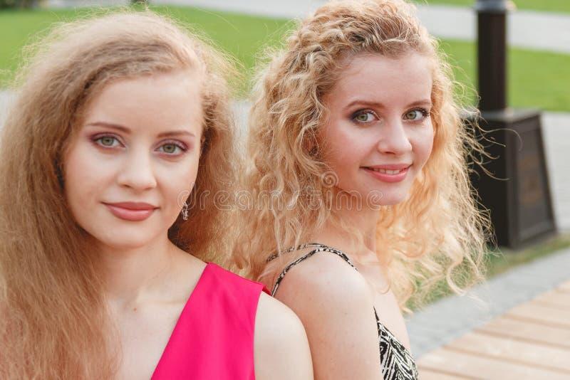 Twee Krullende Tweelingen Openlucht stock foto