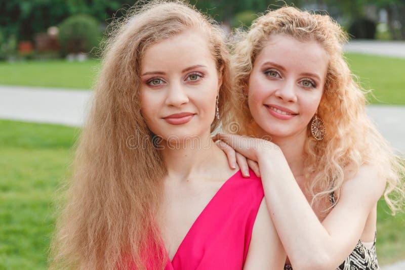 Twee Krullende Tweelingen Openlucht stock afbeelding
