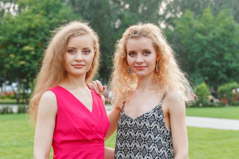 Twee Krullende Tweelingen Openlucht royalty-vrije stock foto