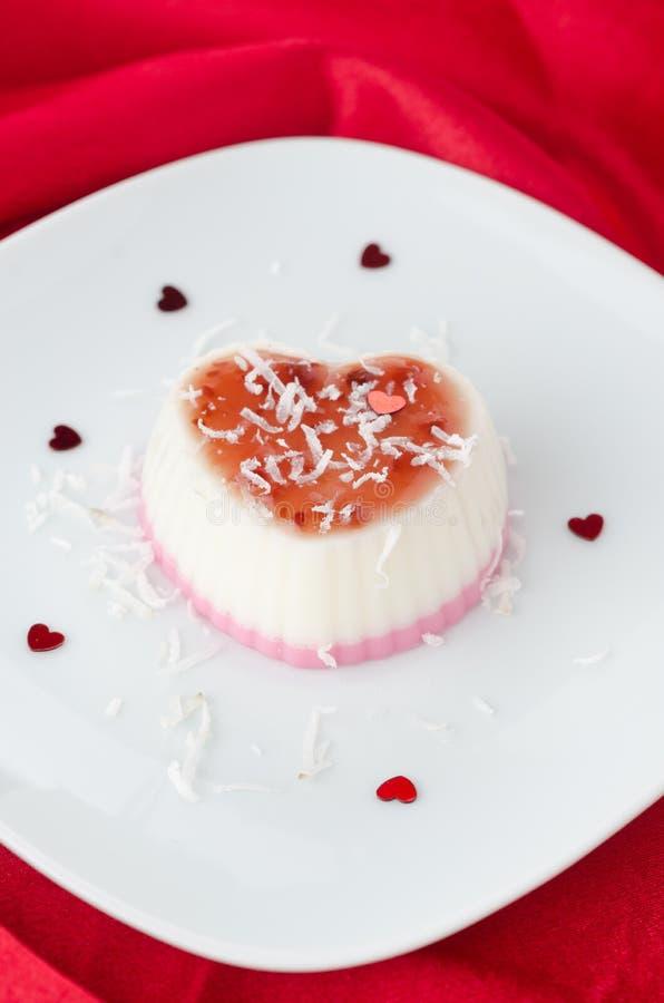 Twee-laag dessert met kokosnotenroom in de vorm van hart op r stock afbeelding
