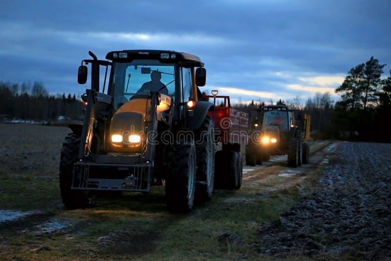 Twee Landbouwtrekkers op een de Winternacht royalty-vrije stock foto's