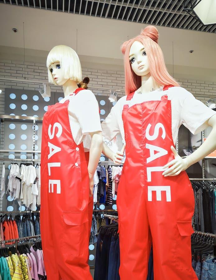 Twee ledenpoppen tijdens de verkoop stock fotografie