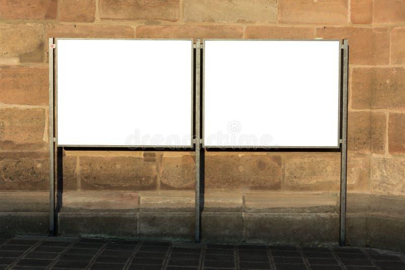 Twee leeg advertentie ruimtedieteken in de straat op een markt wordt geïsoleerd stock afbeelding