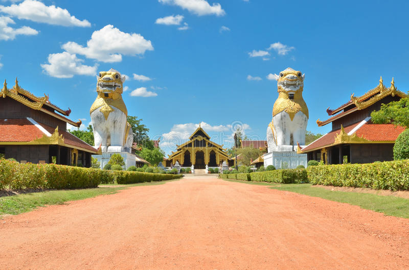 Twee leeuwen met de oude bouw bij Kamp Surasri royalty-vrije stock foto