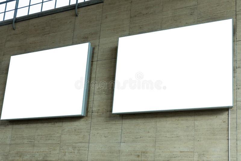 Twee lege advertentie ruimtetekens op steenmuur royalty-vrije stock foto