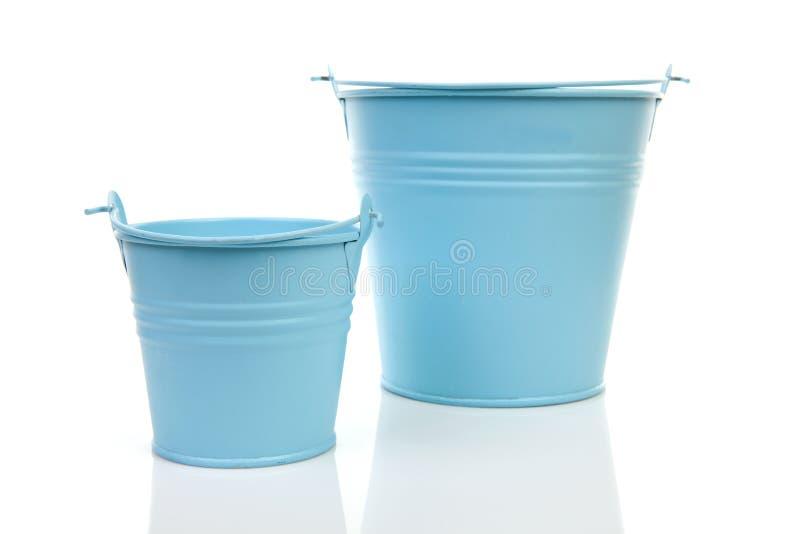 Twee lege blauwe emmers stock fotografie