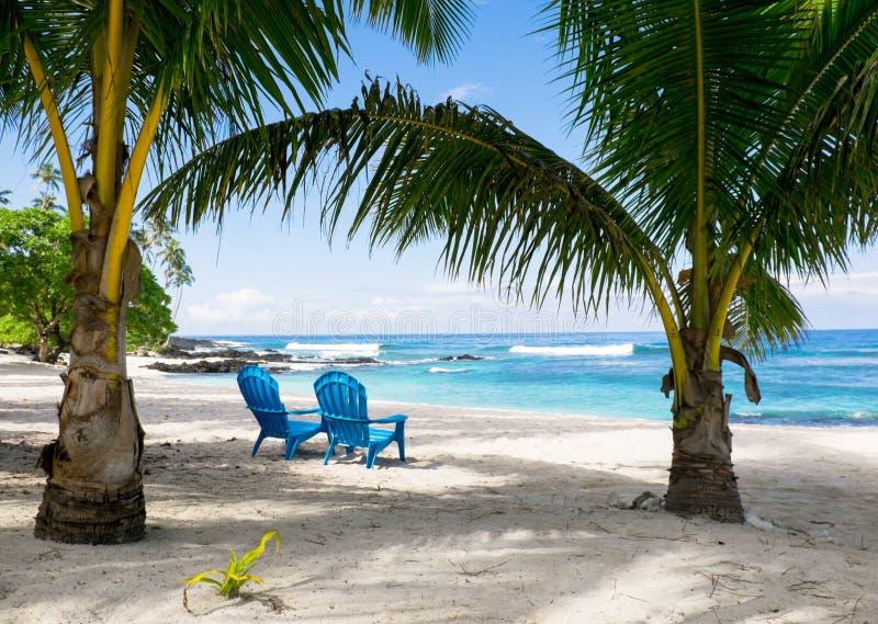 Twee lege deckchairs op strand, Upolu-Eiland, Samoa, Zuiden Pacifi stock afbeeldingen