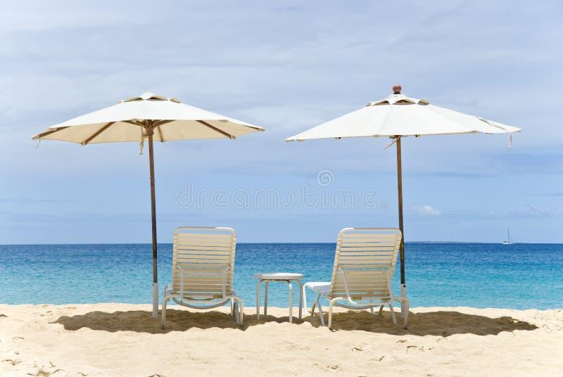 Twee Lege Ligstoelen die de Caraïbische Zee onder ogen zien royalty-vrije stock afbeeldingen
