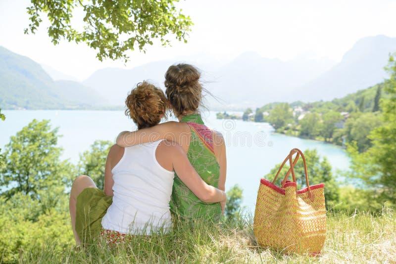 Twee lesbiennes in aard bewonderen het landschap royalty-vrije stock afbeeldingen