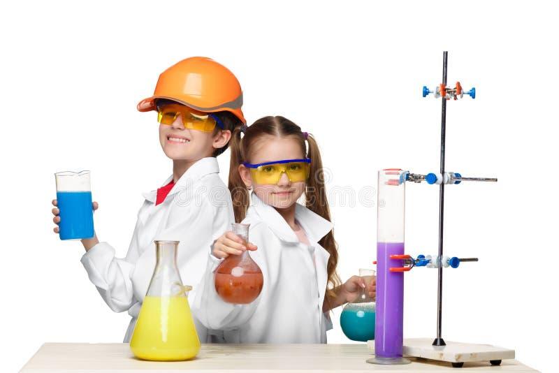 Twee leuke kinderen bij chemieles het maken royalty-vrije stock fotografie
