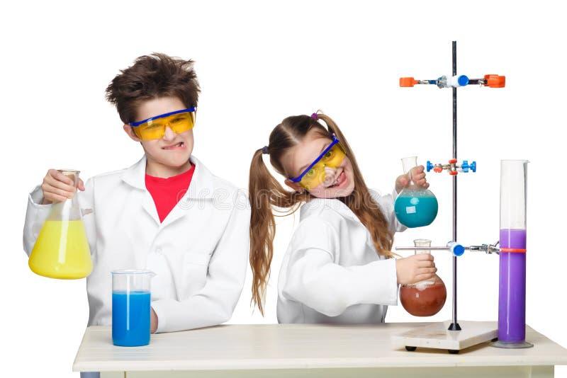 Twee leuke kinderen bij chemieles het maken stock afbeelding