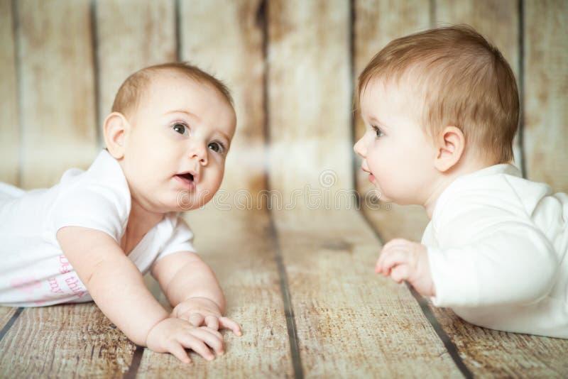 Twee leuke 6 maandenmeisjes stock afbeelding