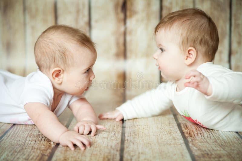 Twee leuke 6 maandenmeisjes royalty-vrije stock foto