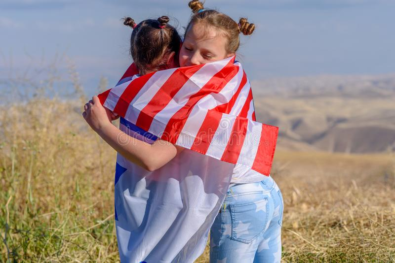 Twee leuke meisjes met Amerikaanse en Israëlische vlaggen royalty-vrije stock foto