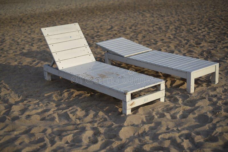 Twee ligstoel op het strand, Thailand stock afbeeldingen