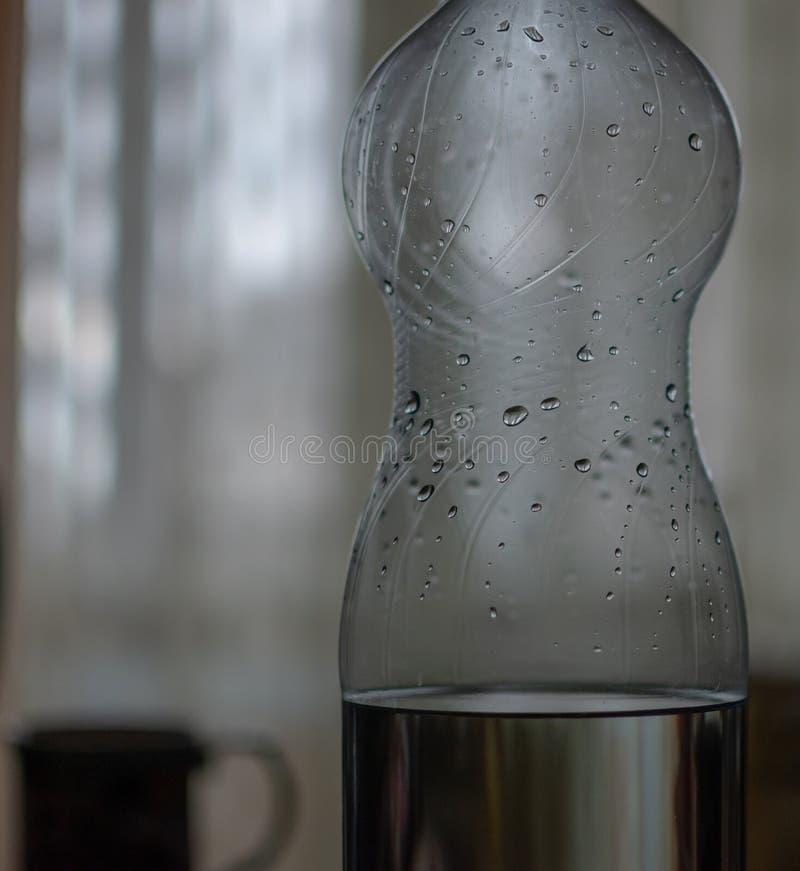 Twee literfles water met dalingen stock afbeeldingen