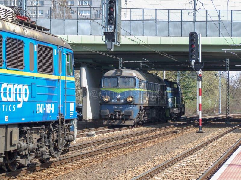 Twee locomotieven die van de pkplading op de terminal van Warschau manoeuvreren Gdanska royalty-vrije stock fotografie