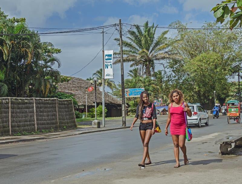 Twee lokale meisjes van Madagascar lopen op de straat royalty-vrije stock foto's