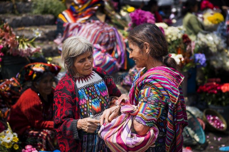Twee lokale vrouwen die traditionele kleding in een straatmarkt dragen in de stad van Chichicastenango, in Guatemala stock fotografie