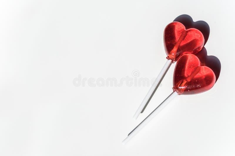 Twee Lollys Twee Harten Suikergoed Het concept van de liefde De dag van de valentijnskaart stock foto's