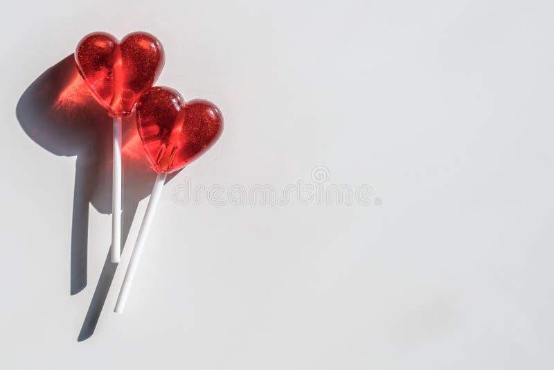 Twee Lollys Twee Harten Suikergoed Het concept van de liefde De dag van de valentijnskaart royalty-vrije stock foto