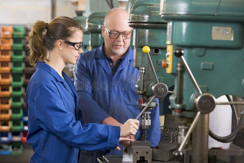 Twee machinisten die aan machine werken royalty-vrije stock fotografie