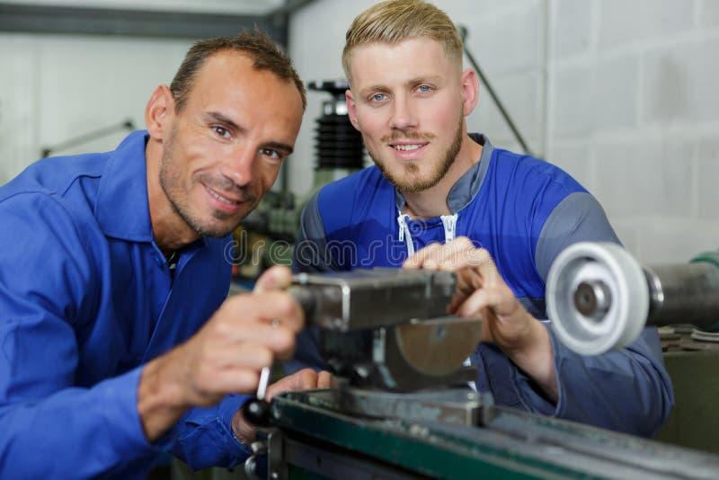 Twee machinisten op het werk royalty-vrije stock afbeeldingen