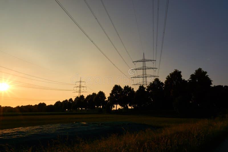 Twee machtspolen en zonnestralen van een zonsondergang stock foto's