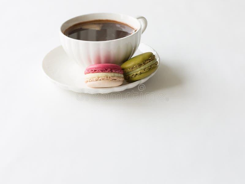 Twee makarons en koffie royalty-vrije stock fotografie