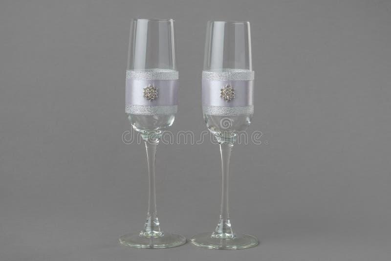 Twee manier verfraaide glazen van de huwelijkswijn stock afbeeldingen