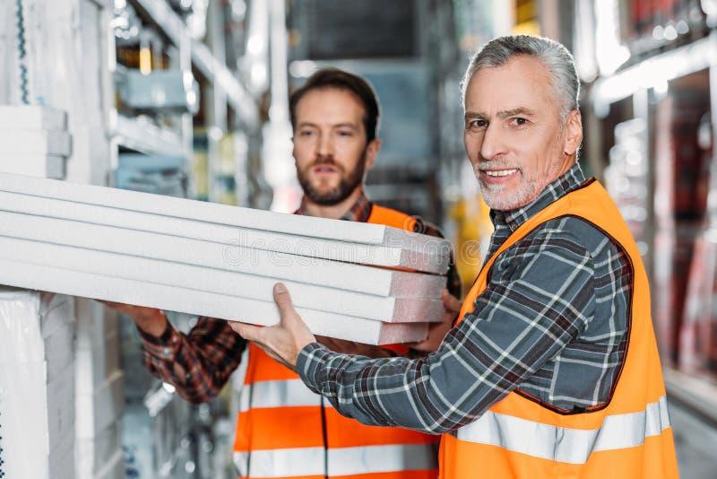 twee mannelijke arbeiders die storaxschuim houden royalty-vrije stock foto