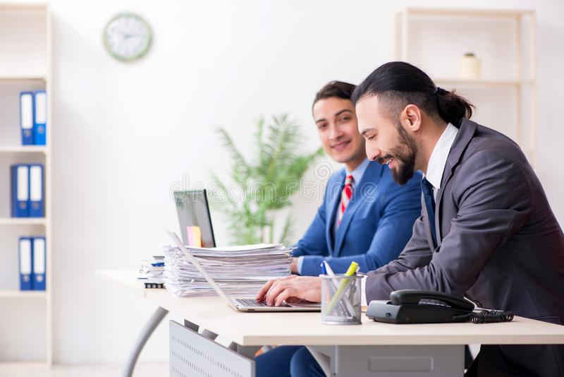 Twee mannelijke collega's in het bureau royalty-vrije stock afbeeldingen