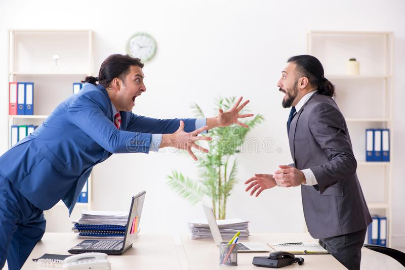 Twee mannelijke collega's in het bureau royalty-vrije stock fotografie