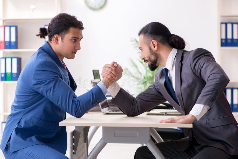 Twee mannelijke collega's in het bureau stock afbeeldingen