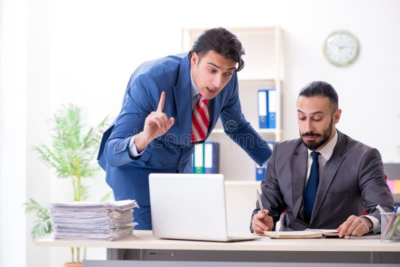 Twee mannelijke collega's in het bureau stock foto