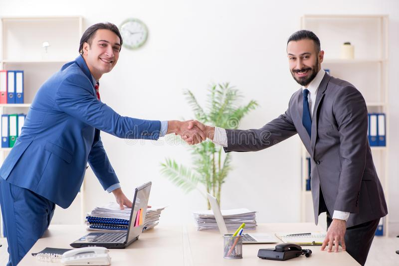 Twee mannelijke collega's in het bureau stock afbeelding