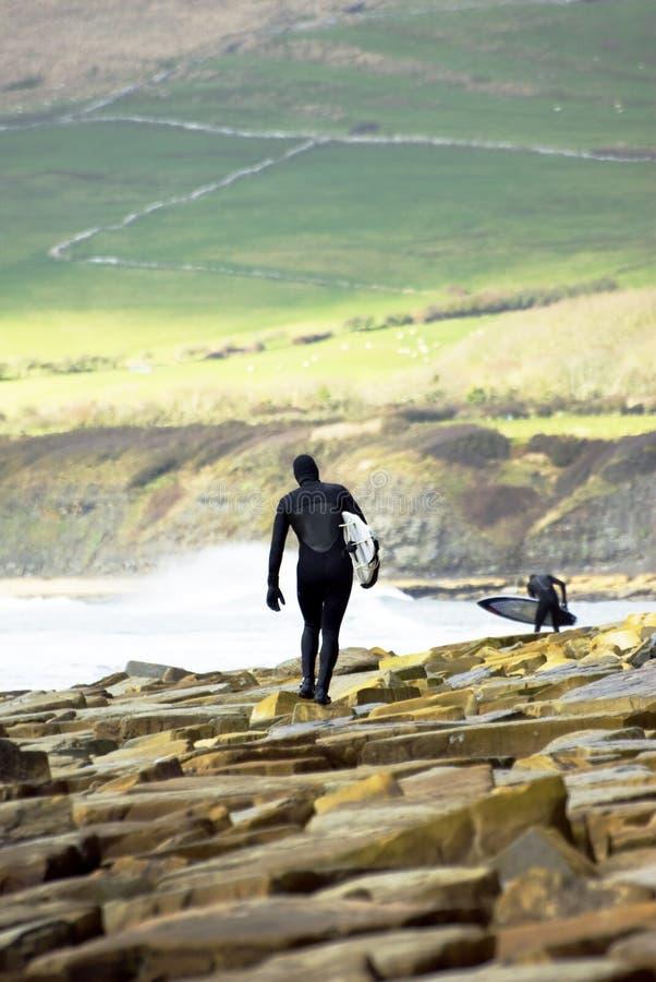 Twee mannelijke surfers stock afbeeldingen
