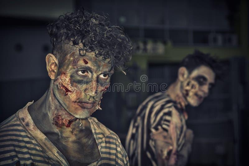 Twee mannelijke zombieën die zich openlucht bij nacht voor Halloween bevinden stock foto