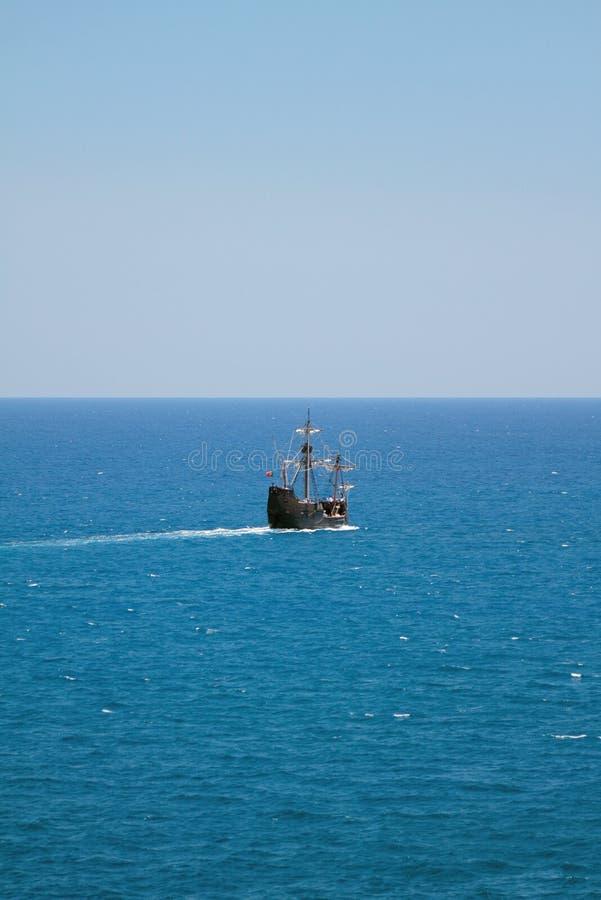 Twee-mast die gemotoriseerd schip varen die naar overzees gaan stock afbeeldingen