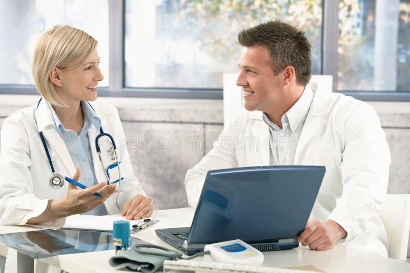 Twee medische artsen het raadplegen stock afbeeldingen