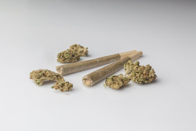 Twee medische cannabisverbindingen met cannabisbloemen van kant stock afbeelding