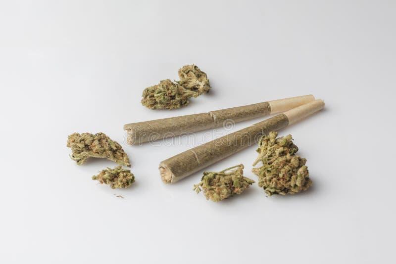 Twee medische cannabisverbindingen met cannabisbloemen vanuit hoge invalshoek royalty-vrije stock foto