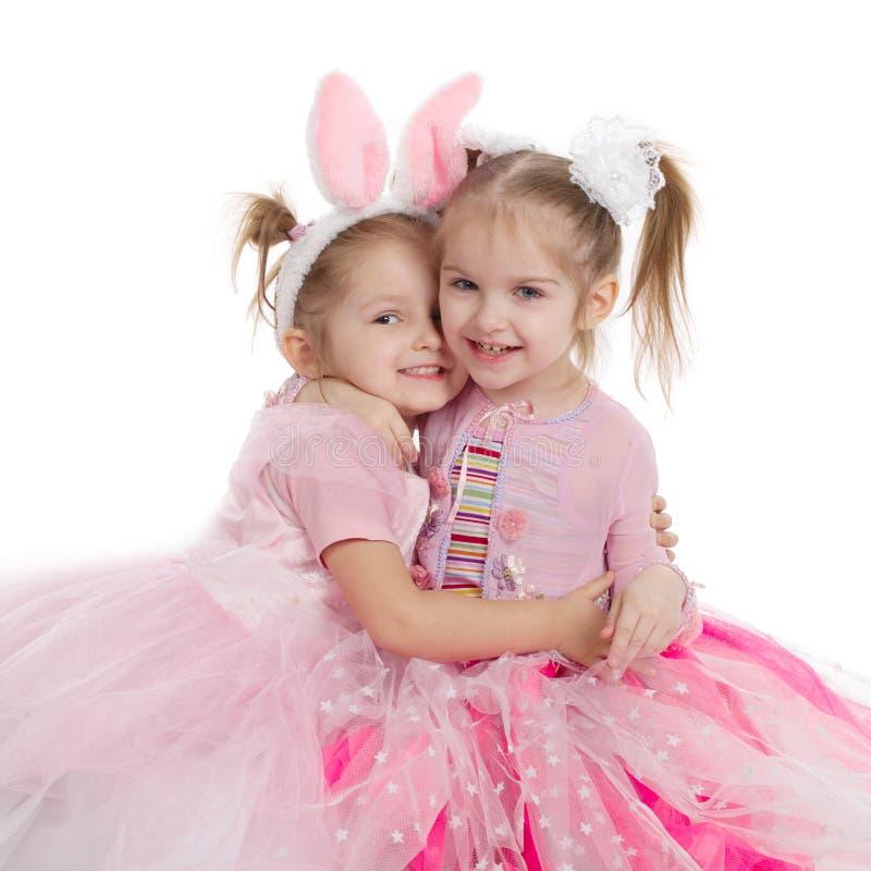 Twee meisjes - beste vrienden op wit stock afbeeldingen