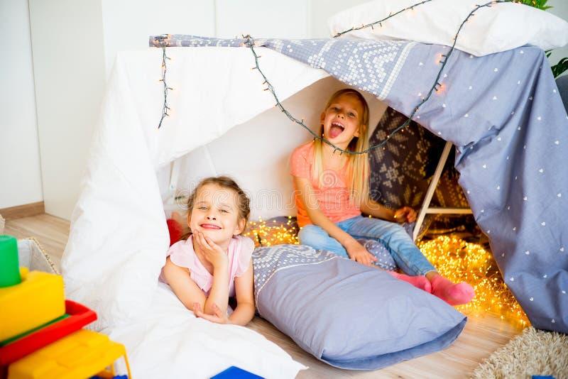 Twee meisjes bij een sluimerpartij stock foto