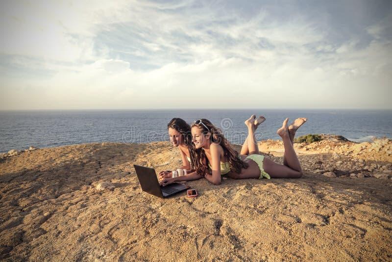 Twee meisjes bij het strand stock afbeelding